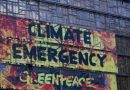 """Активистите на """"Гринпис"""" се качија на седиштето на ЕУ пред самитот за климатски промени"""