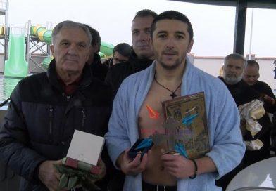 ВИДЕО – 26 годишниот Филип Стојаноски го фати Светиот крст во Прилеп