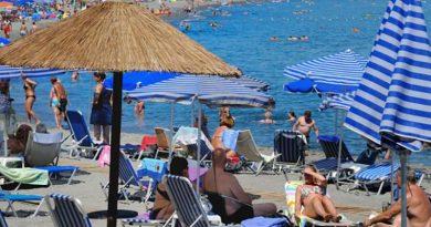 Грција ги отвора плажите викендов