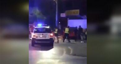 ВИДЕО: Полициски службеници брутално тепаат човек среде улица