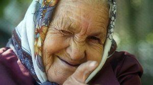 Две жени се маскирале во баби за да се вакцинираат