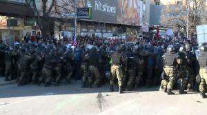 """Насилен протест за """"Монструм"""": шок бомби, искршени излози, повредени 2 полицајци и каменувана новинарска екипа"""