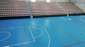 Теретана и машина за подно чистење на теренот во спортската сала во Крушево
