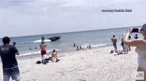 Авион слета на плажа на Флорида