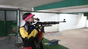 ВИДЕО – Прилепчанката Ирина Јованоска петкратен државен шампион во стрелаштво-младите никогаш да не се откажуваат од својот сон