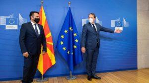 Средба Заев – Вархеји: Целта на ЕУ е да се прифати преговарачката рамка за Македонија, но за идентитетот нема да се преговара