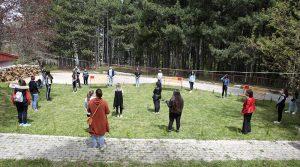 Нови клупи во училишниот двор во средното училиште во Крушево