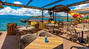 Почна уривањето на нелегалните објекти на плажите во Охрид